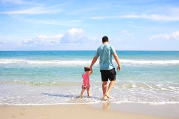 papa et sa fille sur une plage de Thaïlande