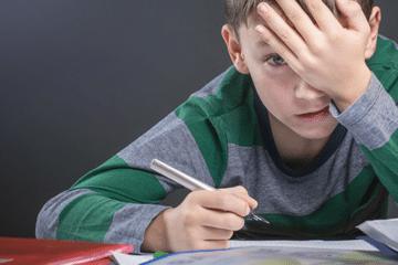 phobie scolaire d'un garçon