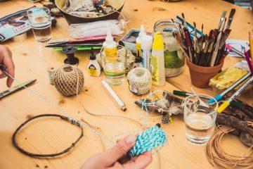 table avec ateliers créatifs