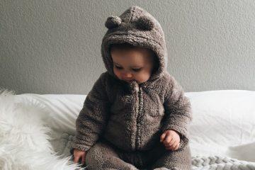 un bébé qui porte un pyjama